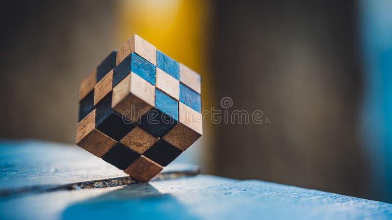 Drewniany Rubik ` s łamigłówki sześcianu rozwiązanie zdjęcia royalty free