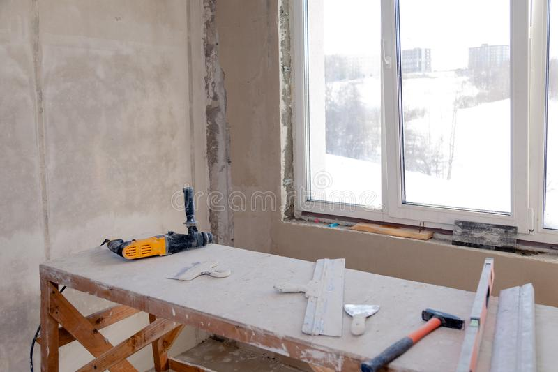 Drewniany rusztowanie stojak przy okno w wielkim pustym pokoju, naprawa, gipsowanie, obraz ściany, budynków narzędzia, grat Pojęc zdjęcia royalty free