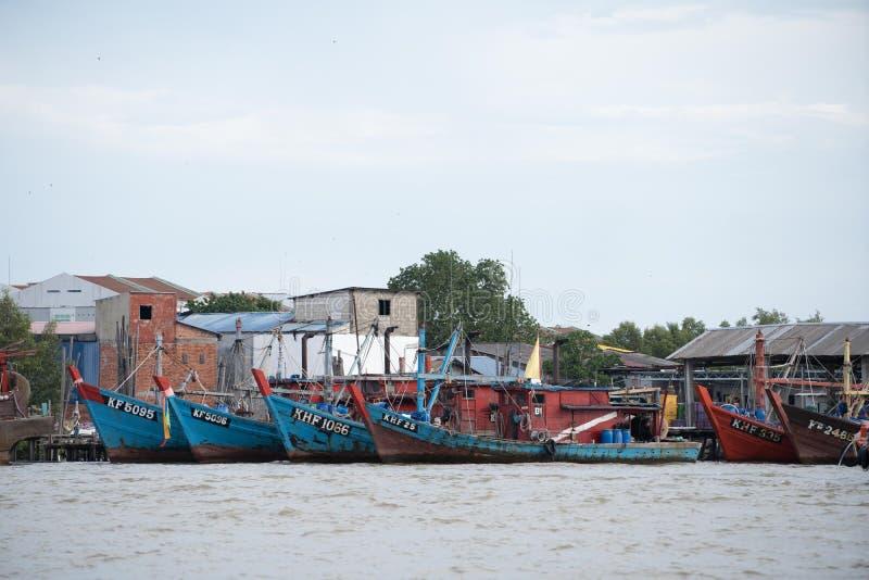 Drewniany rybi łódkowaty parking przy molem zdjęcia stock