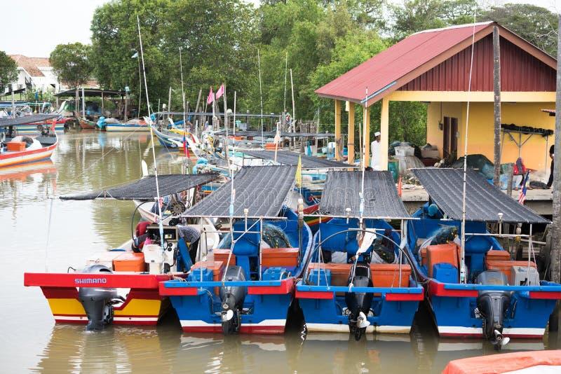 Drewniany rybi ??dkowaty parking przy molem obraz royalty free