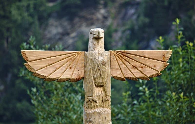 Drewniany rzeźbiący orzeł na górze totemu słupa zdjęcie royalty free