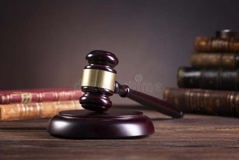 Drewniany sędziego młoteczek i prawo książki z częstowaniem prawa, problemy prawni lub skrzynki, zdjęcia royalty free