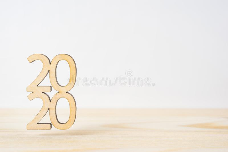 Drewniany słowo 2020 na stołowym i białym tle zdjęcie stock