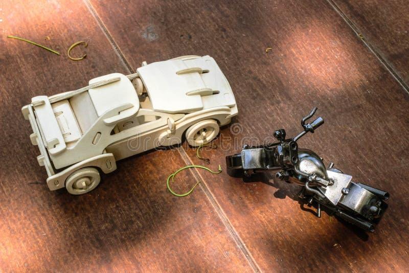 Drewniany samochodu i stali siekacza motocykl na drewnianej podłoga obrazy royalty free