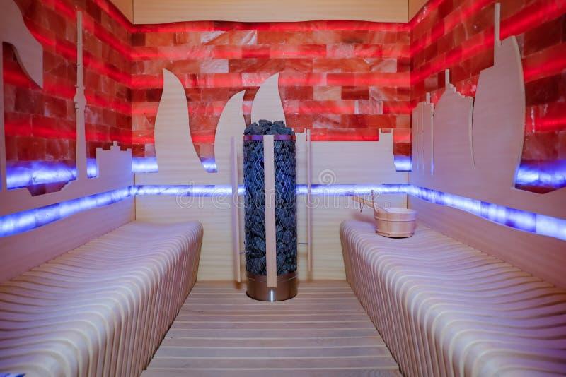 Drewniany sauna z basenem i kubkiem z czerwonymi i błękitnymi światłami widok od wśrodku obrazy stock