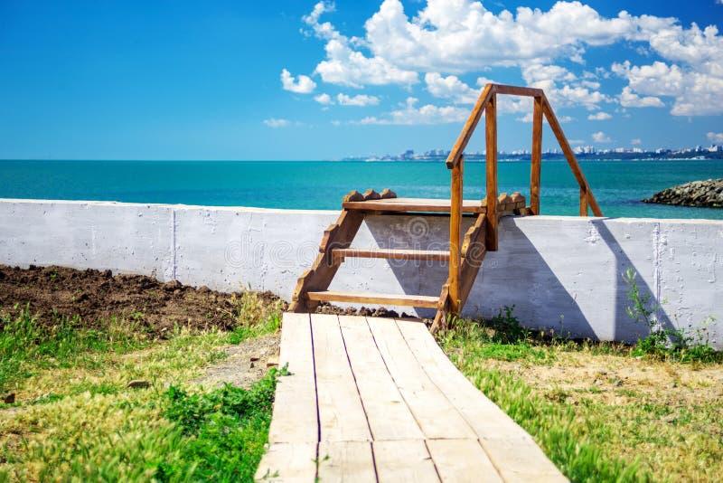 Drewniany schody piękna tropikalna plaża Krajobraz zdjęcia stock