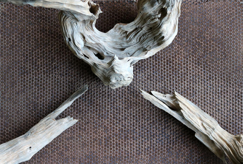Drewniany sedno na stalowym gretingu obraz royalty free