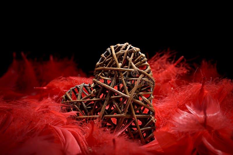 Download Drewniany Serce W Czerwonych Piórkach Zdjęcie Stock - Obraz złożonej z miłość, amorek: 65225256