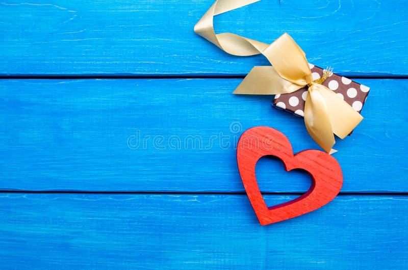 Drewniany serce z łękiem na błękitnym tle, walentynki ` s dzień Pojęcie miłość na widok obrazy royalty free