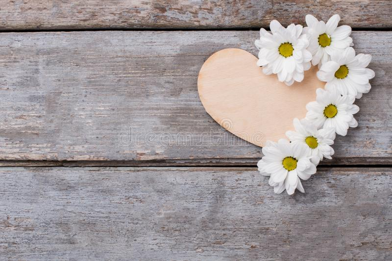 Drewniany serce z białym chamomile kwitnie skład fotografia royalty free
