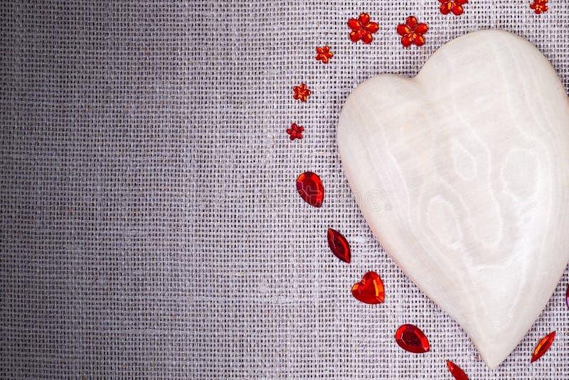 Drewniany serce z czerwoną cekin dekoracją obrazy stock