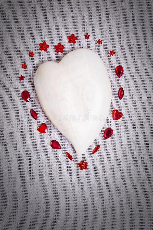 Drewniany serce z czerwoną cekin dekoracją zdjęcie stock