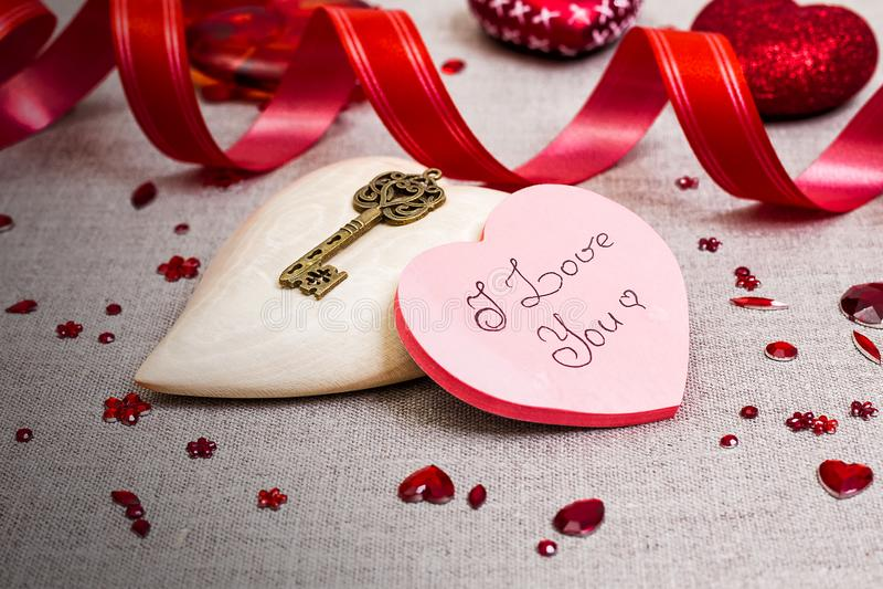 Drewniany serce z czerwoną cekin dekoracją fotografia stock
