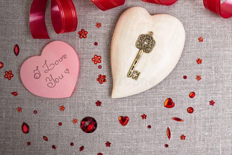 Drewniany serce z czerwoną cekin dekoracją fotografia royalty free