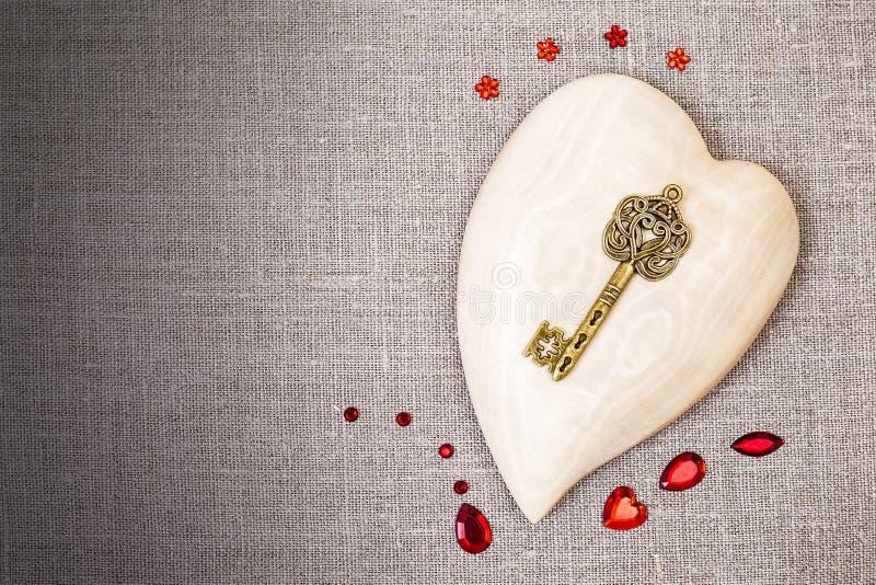 Drewniany serce z czerwoną cekin dekoracją obrazy royalty free