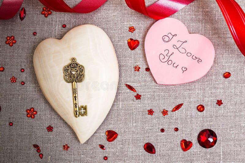 Drewniany serce z czerwoną cekin dekoracją obraz royalty free