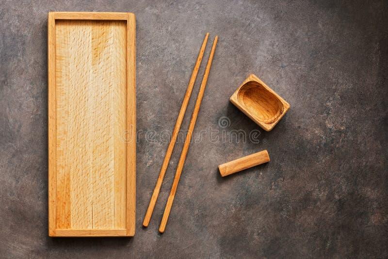 Drewniany set naczynia, cutlery kuchni Azjatycki suszi, rolki, prostokątny talerz, chopsticks i puchar dla soja kumberlandu na a, fotografia royalty free