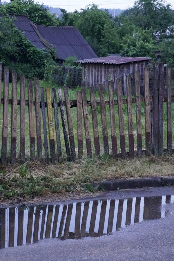 Drewniany skoszony ogrodzenie od czasu do czasu Lato po deszczu zdjęcie stock