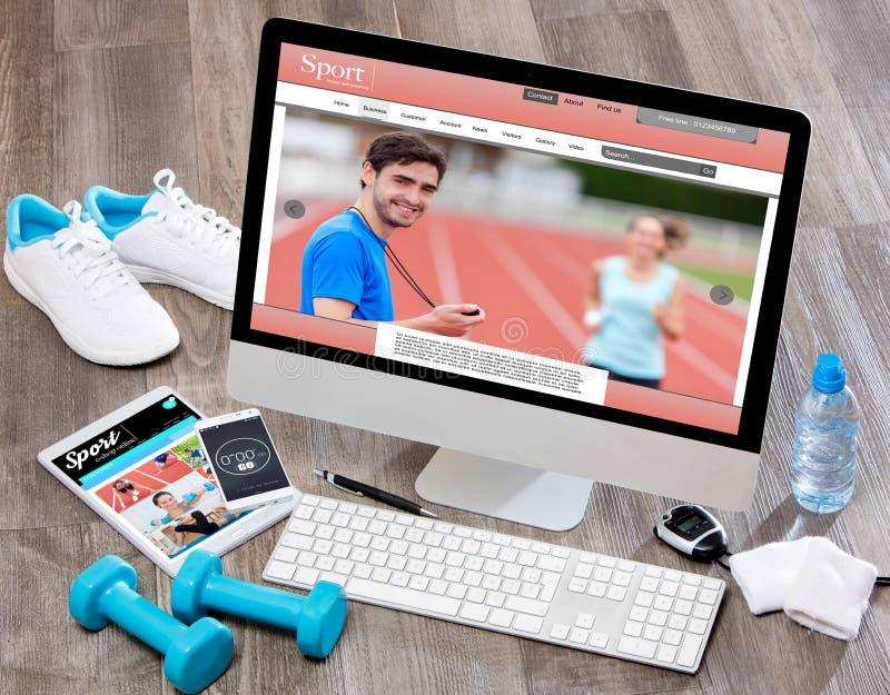 Drewniany sportowa biurko w wysokiej definici z laptopem, pastylka i obrazy royalty free