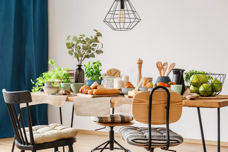 Drewniany stół dla domowego śniadania obrazy royalty free
