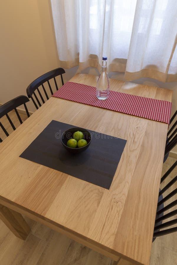 Drewniany stół i cztery krzesła okno obraz royalty free