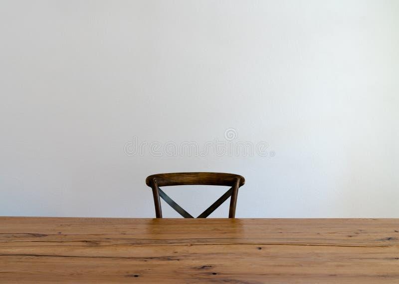 Drewniany stół i jeden pusty krzesło zdjęcie stock