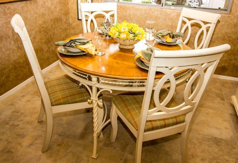 Drewniany stół I krzesła Dla Cztery obraz royalty free
