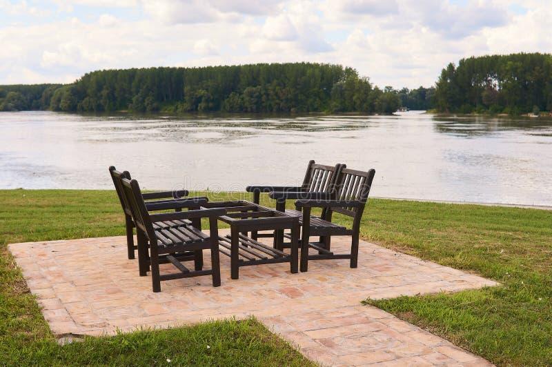 Drewniany stół i krzesła dla cztery ludzi cieszyć się blisko rzecznego Danube fotografia stock