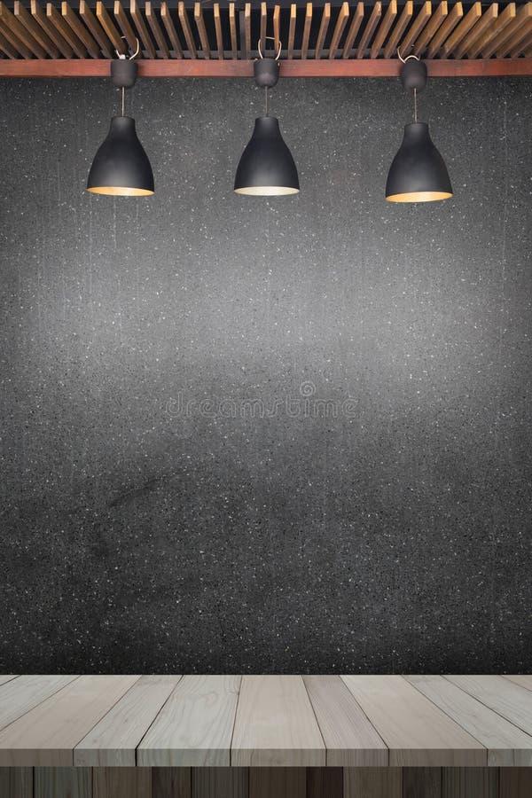 Drewniany stół lub drewniane lampy z betonową ścianą desek i starych fotografia stock