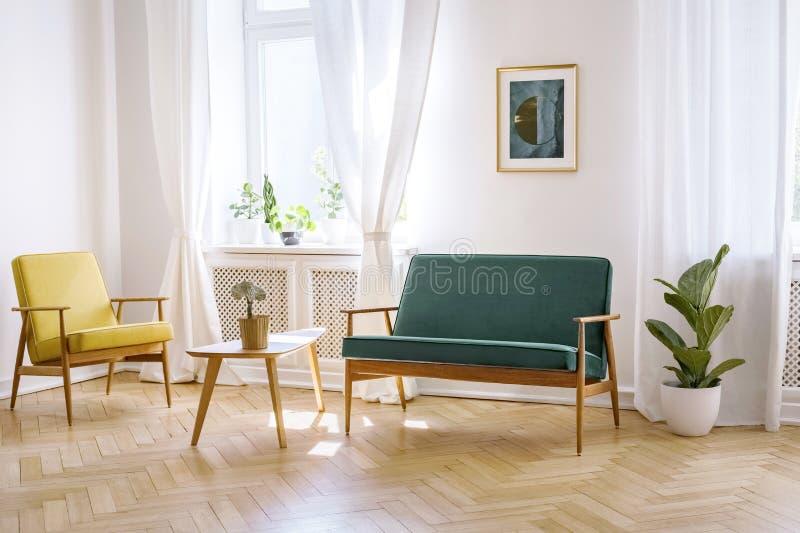 Drewniany stół między żółtym karłem i zieloną ławką w białym fl zdjęcia stock