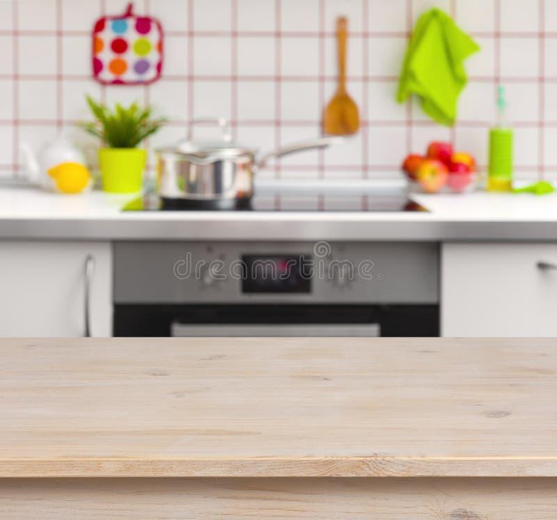 Drewniany stół na zamazanym kuchennym ławki tle obraz royalty free