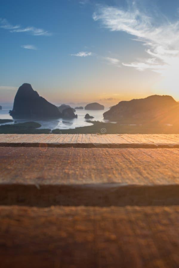 Drewniany stół przed zamazanym samed nangshe zdjęcie royalty free