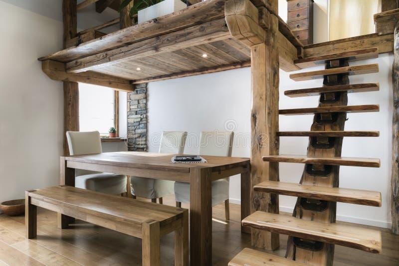 Drewniany stół w jadalni pod mezoninem obraz royalty free