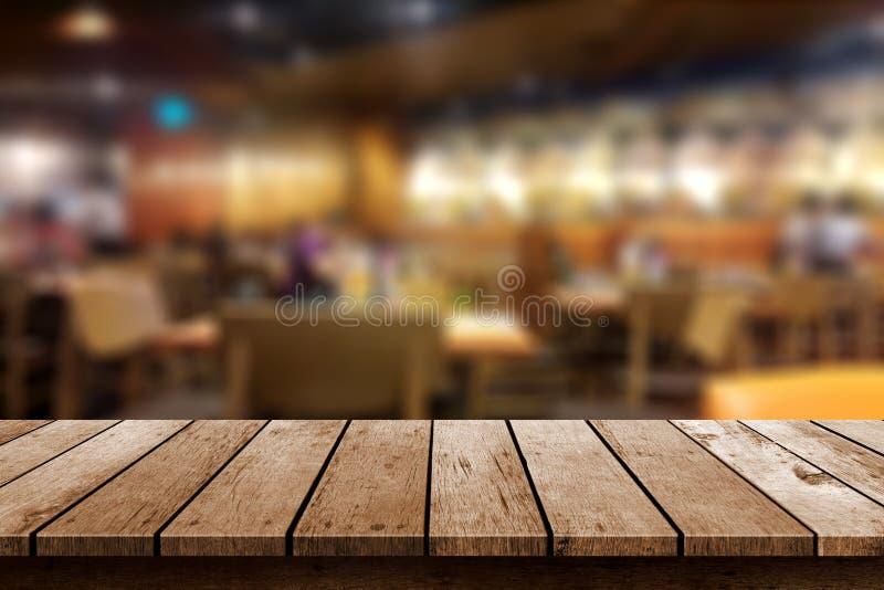 Drewniany stół w plamy resturant tle fotografia stock