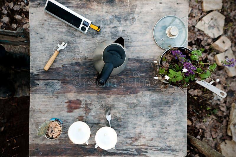 Drewniany stół w podwórzowym odgórnym widoku obraz royalty free
