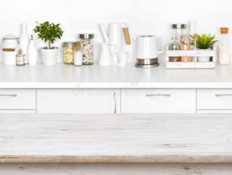 Drewniany stół z bokeh wizerunkiem różni kuchenni pospolici produkty zdjęcie stock