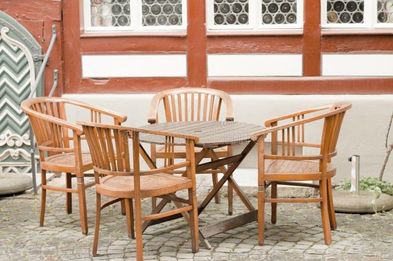 Drewniany stół z cztery krzesłami przed ryglowym domowym Bacharach, Niemcy obraz stock