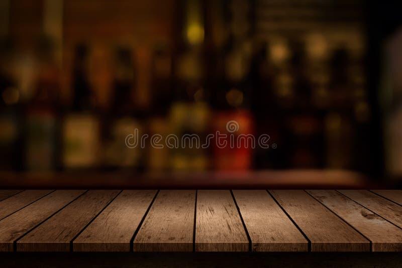 Drewniany stół z widokiem zamazanego napoju baru obraz royalty free