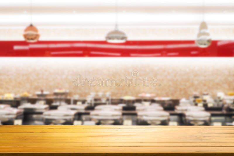 Drewniany stół z Zamazanym restauracja sklepu wnętrza tłem obrazy royalty free