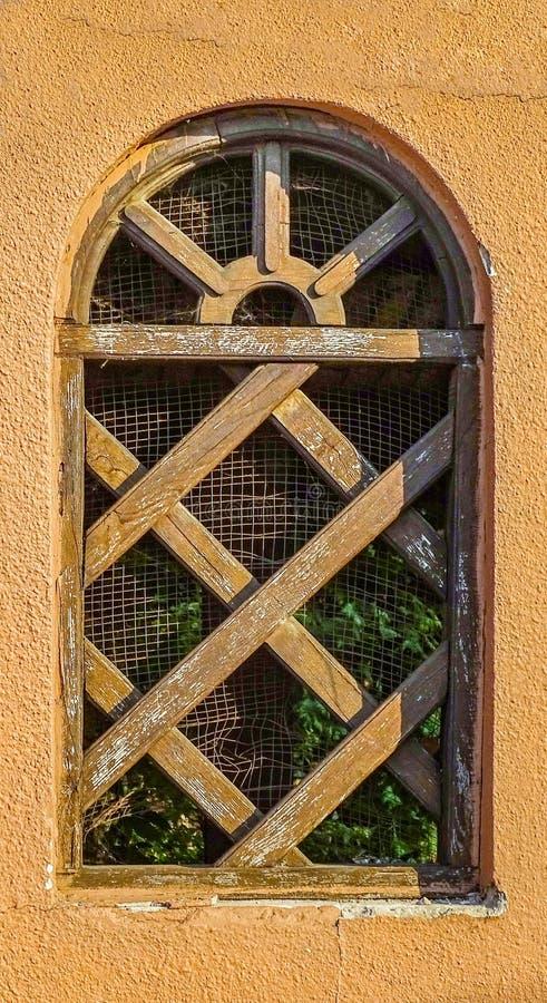 Drewniany stary okno z łękiem zdjęcia stock