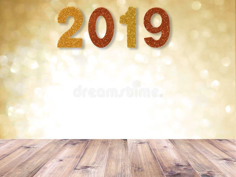Drewniany stołowy wierzchołek i 2019 nowy rok błyskotliwość liczba nad złocistym abstraktem blured tło i białego bokeh dla bożych obrazy royalty free