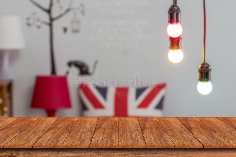 Drewniany stołowy wierzchołek i zamazany restauracyjny tło obrazy stock