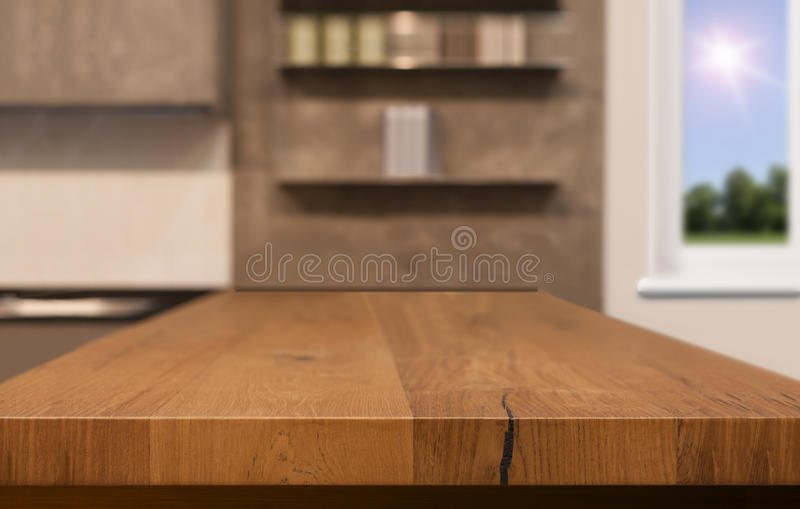 Drewniany stołowy wierzchołek jako kuchenna wyspa na plamy kuchennym tle - może używać dla pokazu lub montażu twój produkty fotografia royalty free