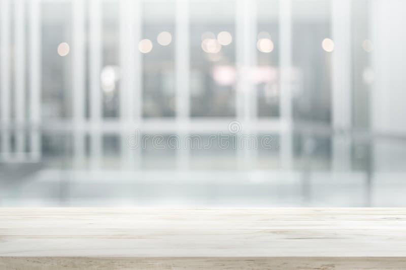 Drewniany stołowy wierzchołek na białym abstrakcjonistycznym tło formy budynku biurowym obrazy royalty free