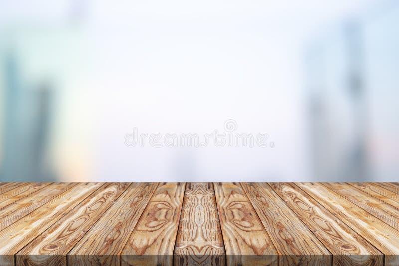 Drewniany stołowy wierzchołek na białym zamazanym tle dla montażu fotografia royalty free