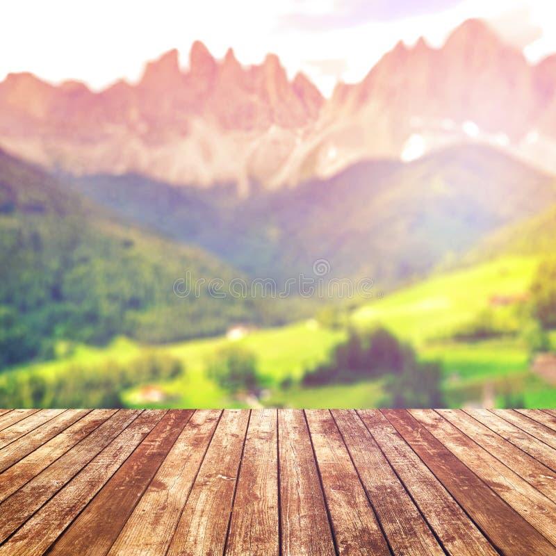 Drewniany stołowy wierzchołek na plam gór tle Natur pojęcia Dla montażu produktu projekta lub pokazu zdjęcie royalty free