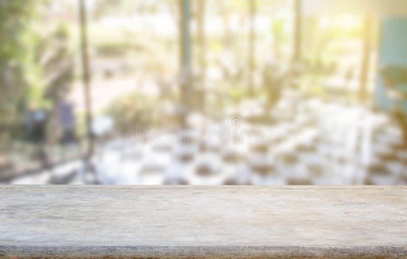 Drewniany stołowy wierzchołek na plamy kuchni lub sklep z kawą okno tle fotografia royalty free