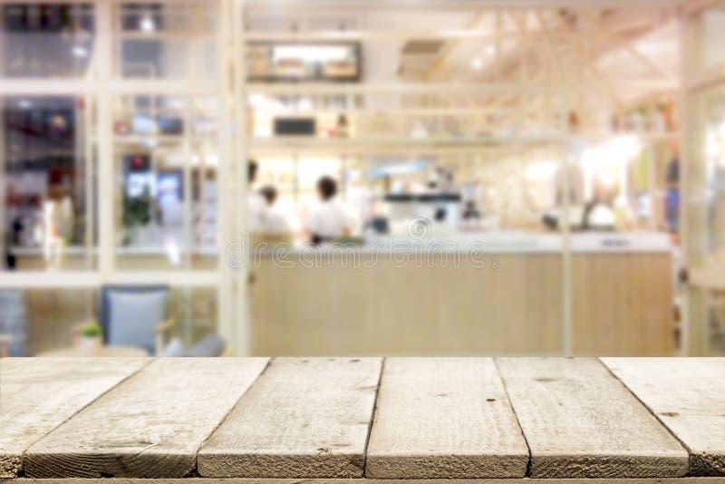 Drewniany stołowy wierzchołek na sklep z kawą tle obrazy stock