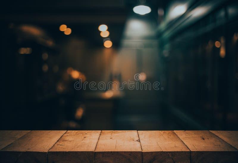Drewniany stołowy wierzchołek na zamazanym odpierający kawiarnia sklep fotografia royalty free