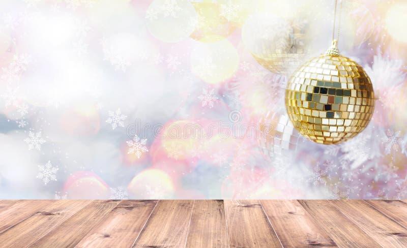 Drewniany stołowy wierzchołek nad złotymi i srebnymi błyskotliwość piłkami na białej jodły sośnie Zima wakacje i Bożenarodzeniowy obraz stock
